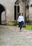 Junger lächelnder Geschäftsfraubetrieb Stockfoto