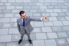 Junger lächelnder Geschäftsmann draußen von der Spitze Lizenzfreie Stockfotografie