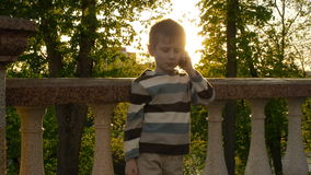 Junger lächelnder Junge, der am Handy spricht stock footage