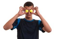 Junger lächelnder männlicher Golfspieler, der seine Augen mit Gelb zwei bedeckt Stockfotografie