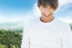 Junger lächelnder Mann lizenzfreies stockfoto