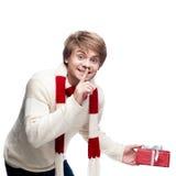 Junger lächelnder Mann, der Geschenk hält Stockfotografie