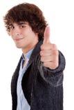 Junger lächelnder Mann, mit dem Daumen oben Stockbild