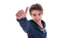 Junger lächelnder Mann, mit dem Daumen oben lizenzfreies stockfoto