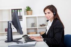Junger lächelnder Stütztelefon-Frau-Betreiber stockbild