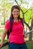Junger, lächelnder Student draußen Stockfoto
