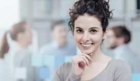 Junger lächelnder und aufwerfender Büroangestellter lizenzfreies stockfoto