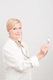 Junger lächelnder weiblicher Doktor mit Stethoskop Stockfotografie