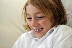 Junger lachender und lächelnder Junge Lizenzfreie Stockfotos