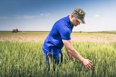 Junger Landwirt auf einem Gebiet Lizenzfreie Stockfotos