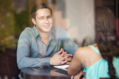 Junger lateinischer Mann auf einem Datum Stockfotos