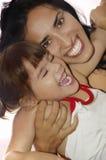 Junger lateinischer Mutterwhit ihr kleines Schätzchen. Stockfoto