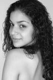 Junger Latina, der über Schulter schaut Lizenzfreies Stockbild