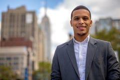 Junger Latinomann im Stadtlächelngesicht Stockfotos