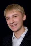 Junger lächelnder Mann Stockfoto