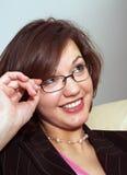 Junger Lehrer, der oben schaut, berührend Gläser Stockbild