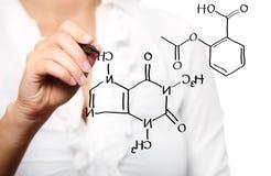 Junger Lehrer während der Chemieunterrichte lizenzfreie stockbilder