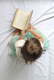 Junger Leser lizenzfreie stockbilder