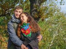Junger liebevoller Kerl und Mädchen Lizenzfreies Stockfoto