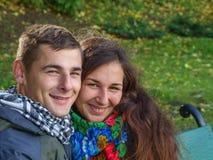 Junger liebevoller Kerl und Mädchen Lizenzfreie Stockfotos