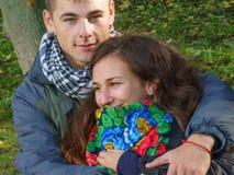 Junger liebevoller Kerl und Mädchen Stockfotos