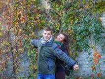Junger liebevoller Kerl und Mädchen Stockfotografie