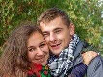Junger liebevoller Kerl und Mädchen Stockfoto