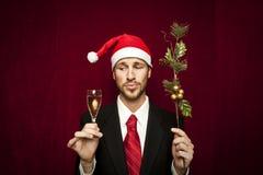 Junger lustiger Kerl mit Weihnachtshut Stockbild