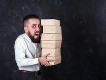 Junger lustiger Mann mit Geschenk bereitet sich für den Feiertag 20 vor Lizenzfreies Stockbild