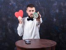 Junger lustiger Mann mit Geschenk bereitet sich für den Feiertag 09 vor Stockbilder