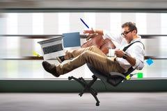 Junger männlicher Angestellter fällt lizenzfreie stockfotografie