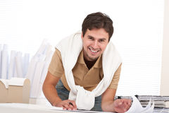 Junger männlicher Architekt, der im Büro arbeitet Stockfoto