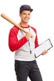 Junger männlicher Baseballtrainer, der ein Klemmbrett hält Stockfotos