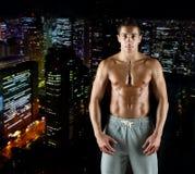 Junger männlicher Bodybuilder mit dem bloßen muskulösen Torso Stockfotografie