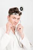 Junger männlicher Doktor mit Stethoskop Lizenzfreies Stockfoto