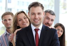 Junger männlicher führender Vertreter der Wirtschaft, der vor seinem Team steht Stockfotos