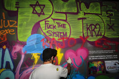 Junger männlicher Graffitikünstler lizenzfreies stockbild