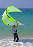 Junger männlicher kitesurfer Holdingdrachen stetig lizenzfreie stockfotos