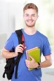 Junger männlicher Kursteilnehmer mit Büchern Lizenzfreies Stockfoto