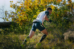 Junger männlicher Läufer, der aufwärts, um Herbstlandschaft läuft Lizenzfreies Stockbild