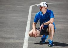 Junger männlicher Läufer, der fertig wird Stockfoto