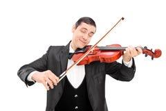 Junger männlicher Musiker, der eine akustische Violine spielt Stockfotografie