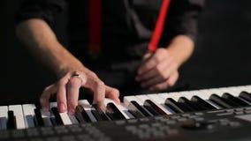 Junger männlicher Musiker, der Klavier spielt stock video footage