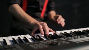Junger männlicher Musiker, der Klavier spielt stock footage