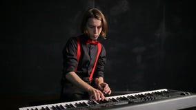 Junger männlicher Musiker, der Klavier spielt stock video