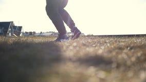 Junger männlicher Parkour-tricker Pullover, der Aufwärmen vor der Ausbildung vor der Sonne tut stock video