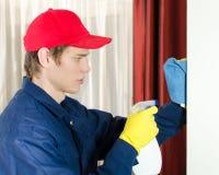 Junger männlicher Reiniger mit Hilfsmitteln. lizenzfreies stockfoto