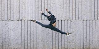 Junger männlicher Tänzer, der einen Ballettsprung durchführt Lizenzfreie Stockbilder