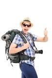 Junger männlicher Tourist, der einen Daumen aufgibt Lizenzfreies Stockfoto