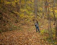 Junger männlicher Wanderer überprüft Richtungen Stockfoto